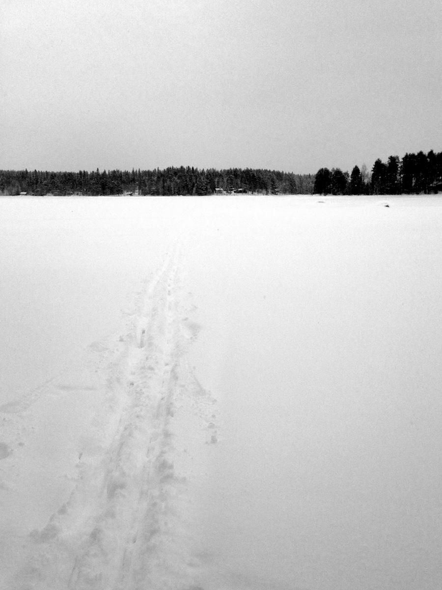 Latu vie järven jäälle