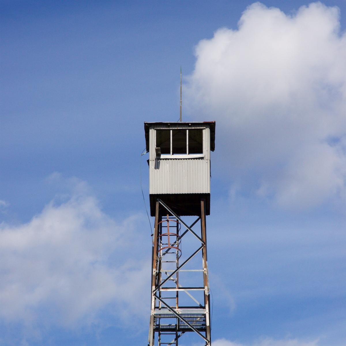 Palovartiotornin huippu taivasta vasten