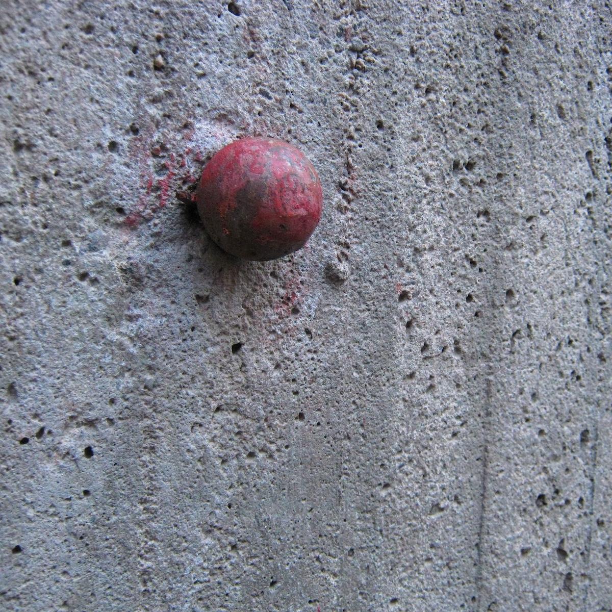 Klovnin nenä betonimuurissa