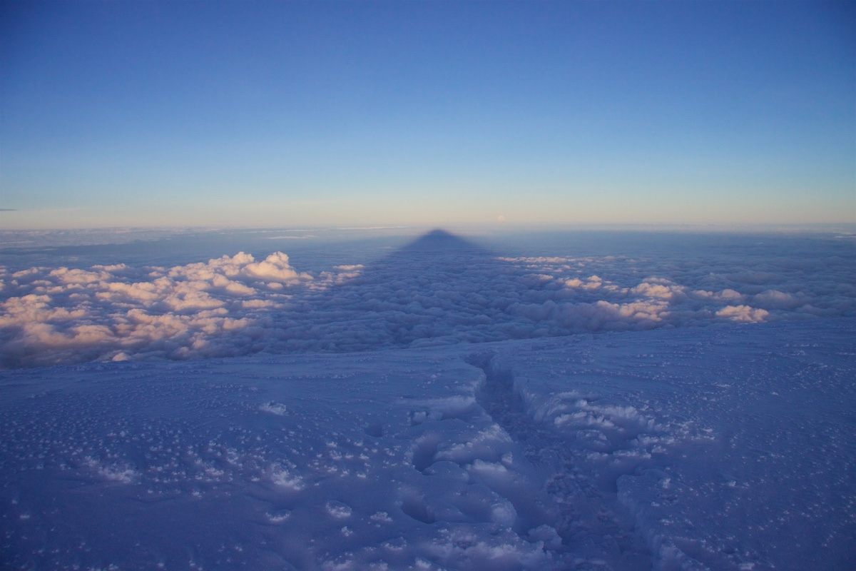Vuoren varjo pilvien päällä