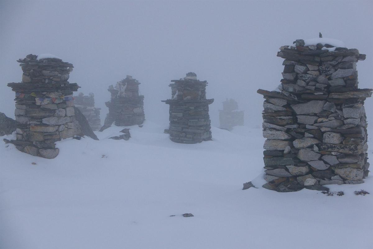 Vuorilla kuolleiden sherpojen muistomerkkejä
