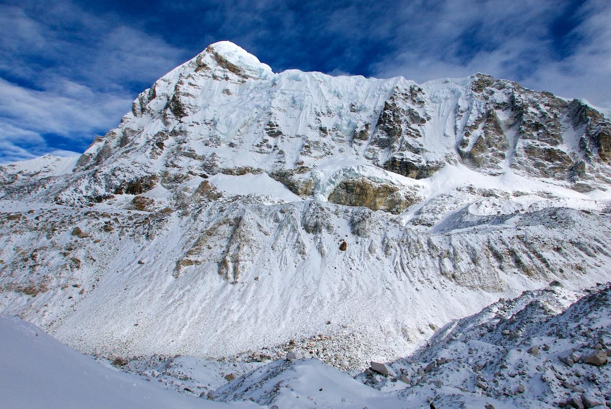 Pumori-vuoren kartiomainen huippu ja pitkä harjanne
