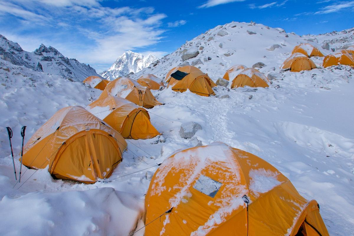 Keltaisia telttoja jäätikkökummuilla