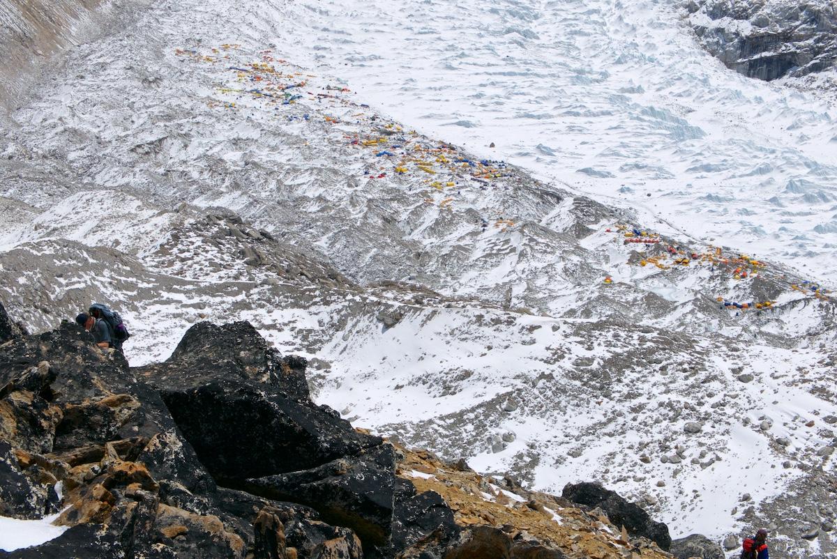 Everestin telttakylä ylhäältä Pumorilta