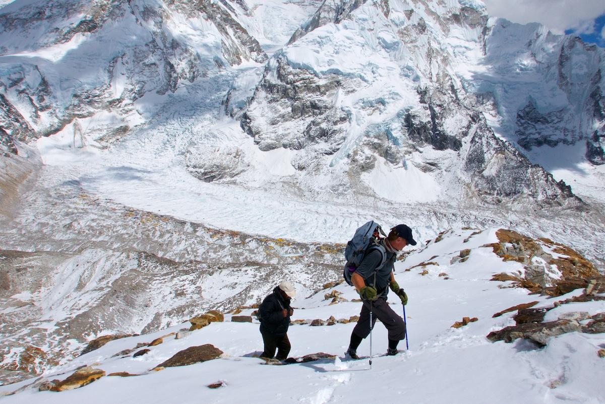 Kiipeilijöitä lumella matkalla Pumorin ykkösleiriin