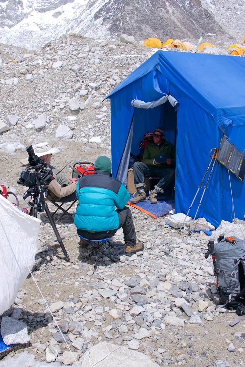 Kuvataan retkikunnan johtajan haastattelua teltan oviaukossa