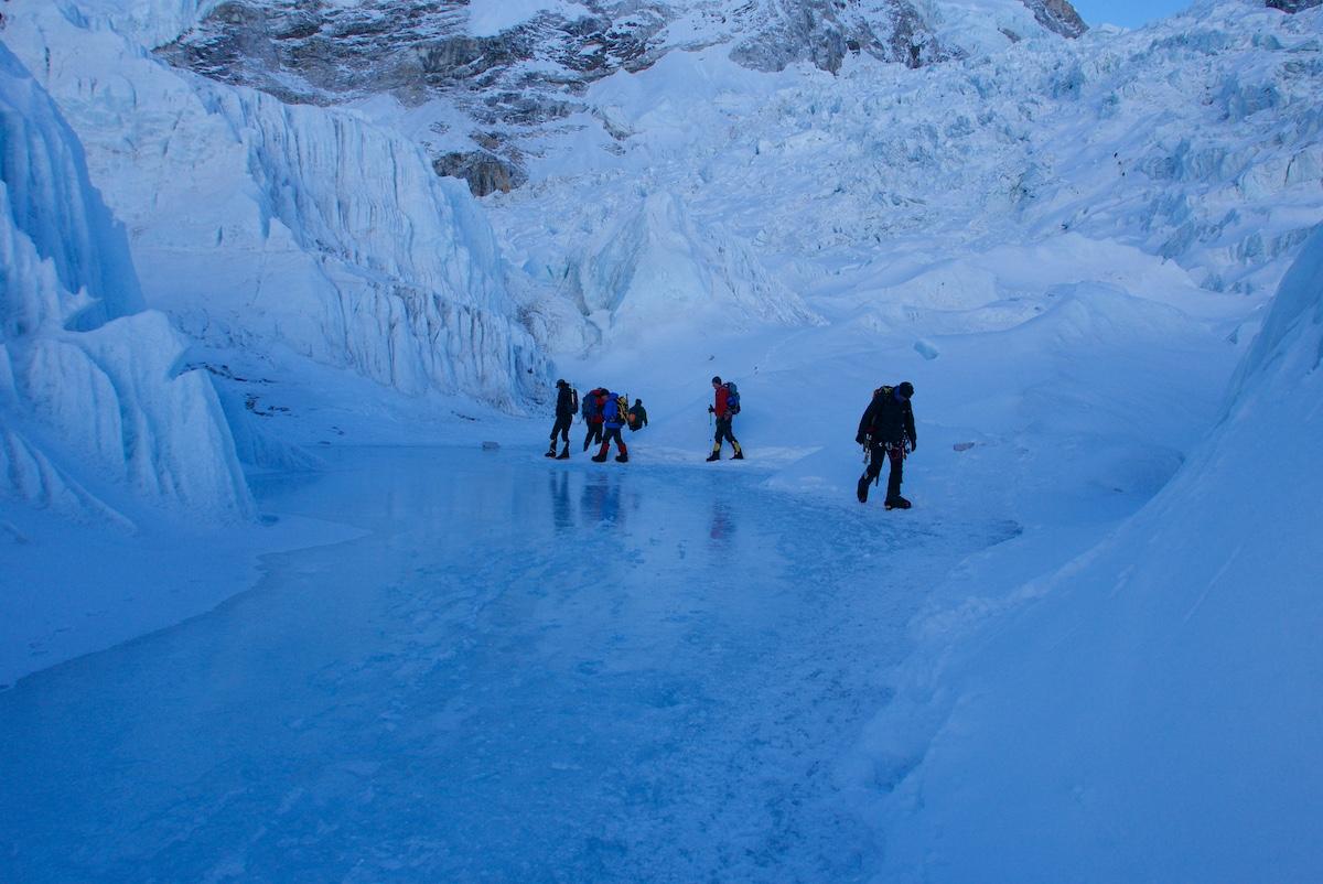 Kiipeilijät kävelevät sisään jääputoukseen