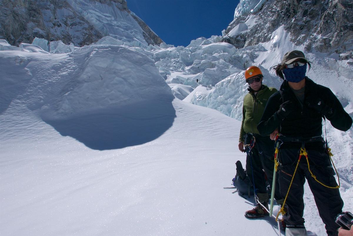 Kiipeilijät levähtävät jääputouksen tasaisella kohdalla