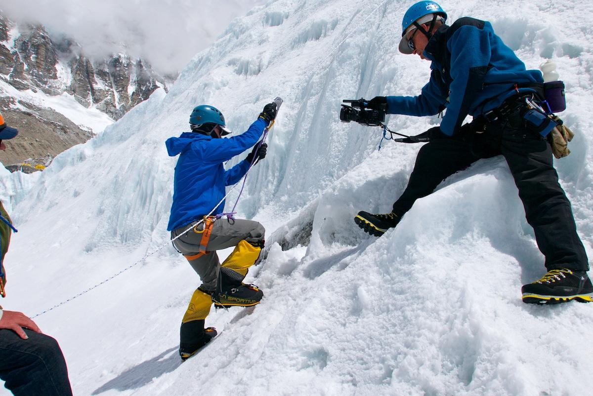 Kiipeilijää kuvataan, kun hän harjoittelee nousukahvan käyttöä