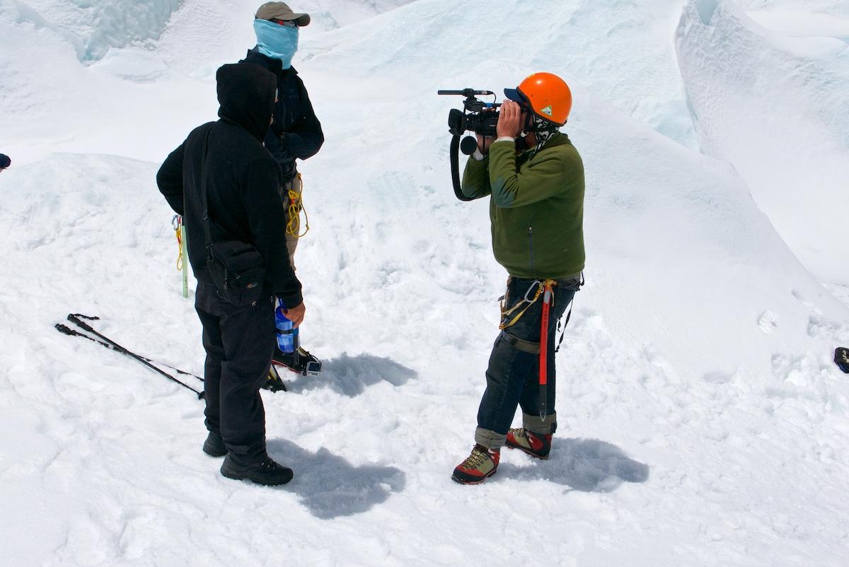 Videokuvaaja haastattelee kiipeilijöitä