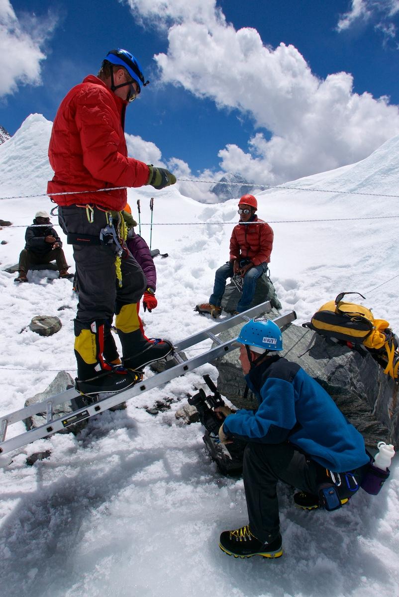 Kiipeilijä harjoittelee alumiinitikkailla kulkemista.