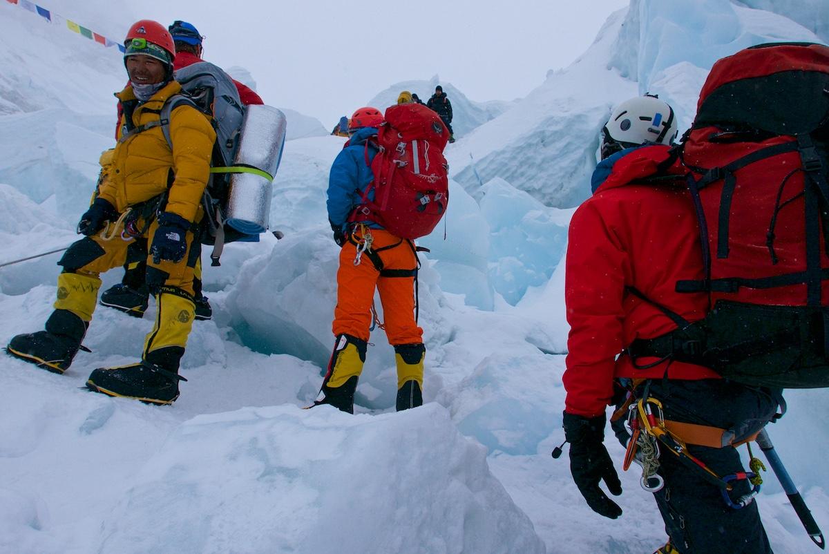 Kiipeilijöitä jääputouksessa