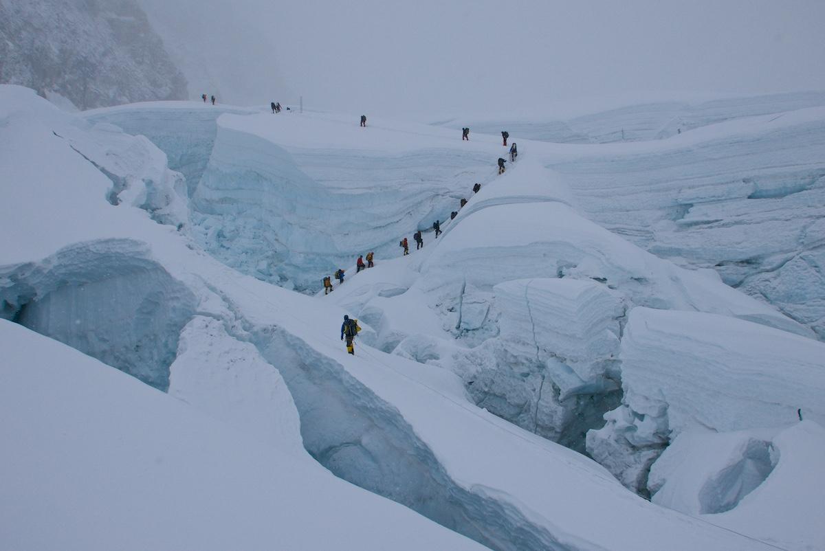 Kiipeilijöitä jääseinämien keskellä