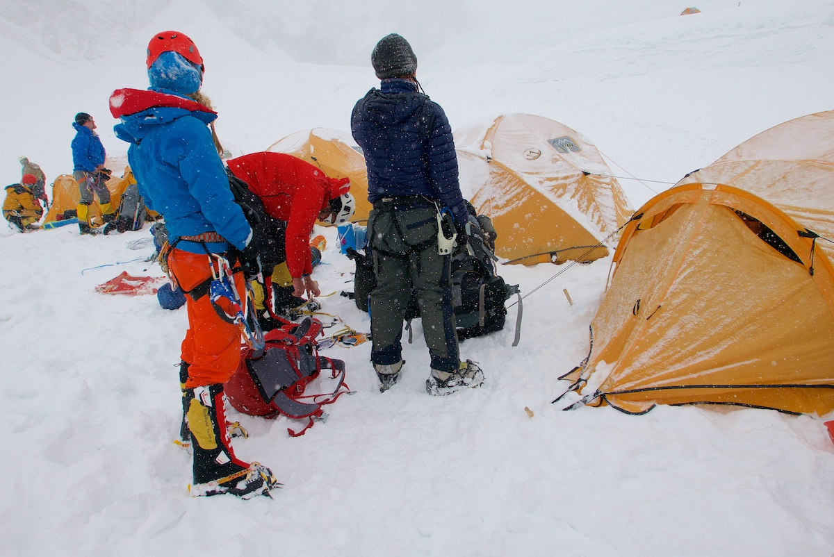 Kiipeilijät saapuvat leiriin telttojen luo