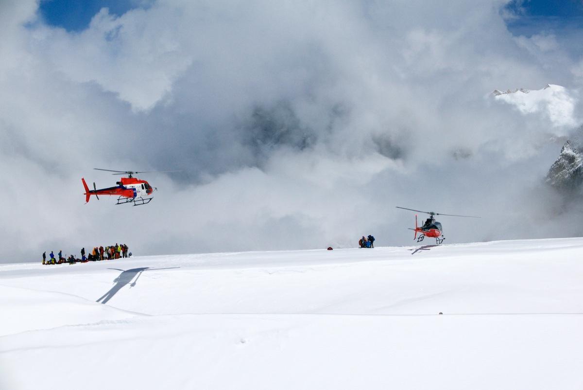Helikopterit nousevat ja laskeutuvat putouksen reunalla.