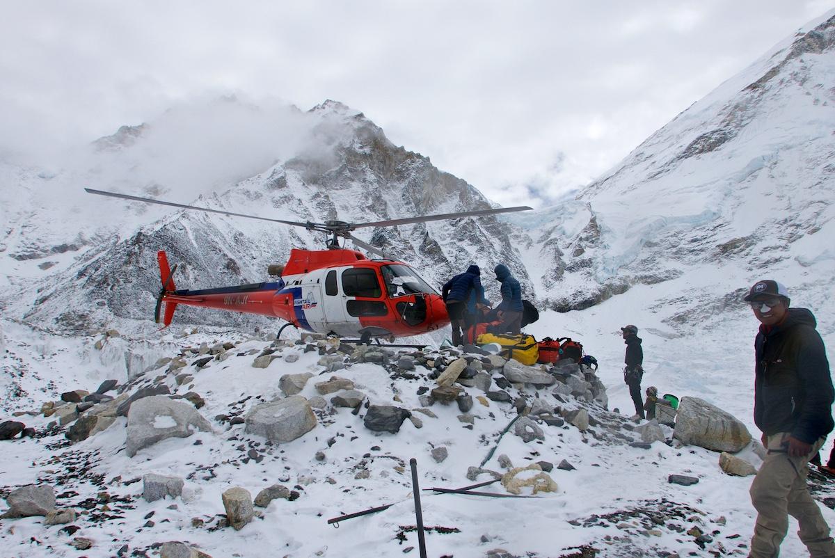 Helikopteria kuormataan perusleirissä