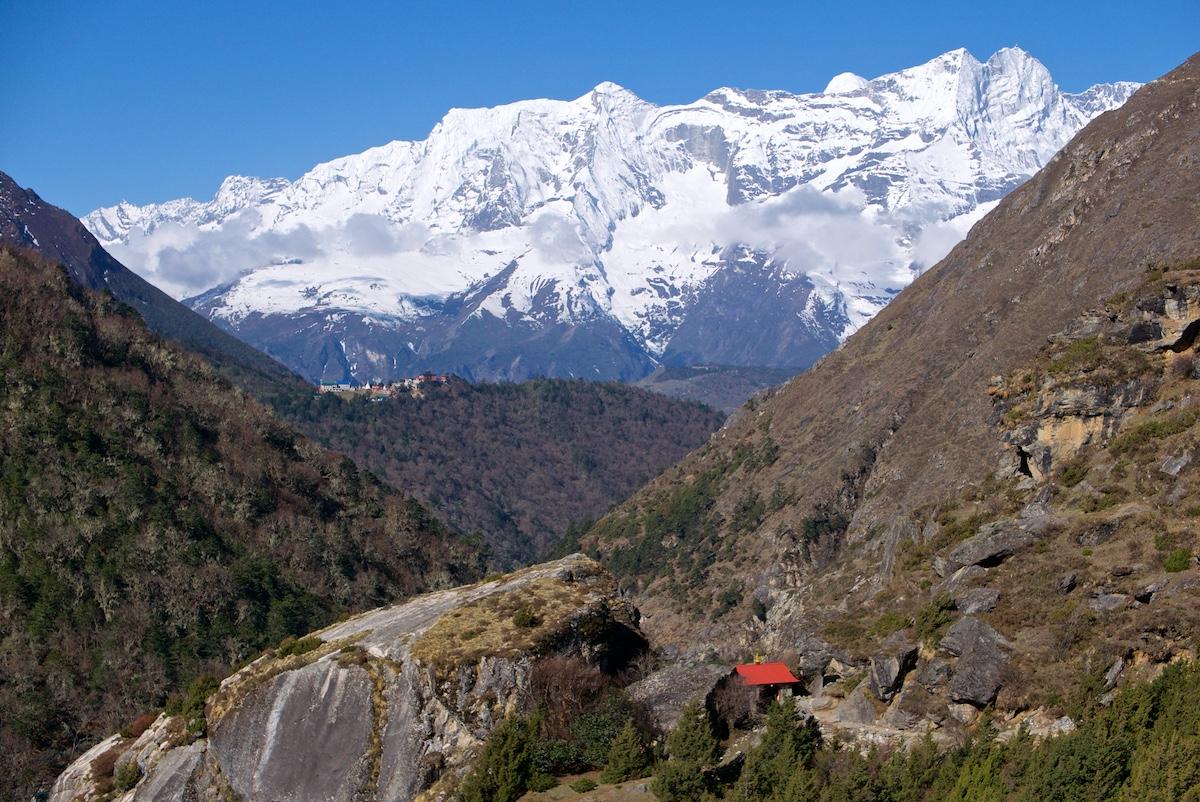 Tengbochen luostari kaukana kukkulalla