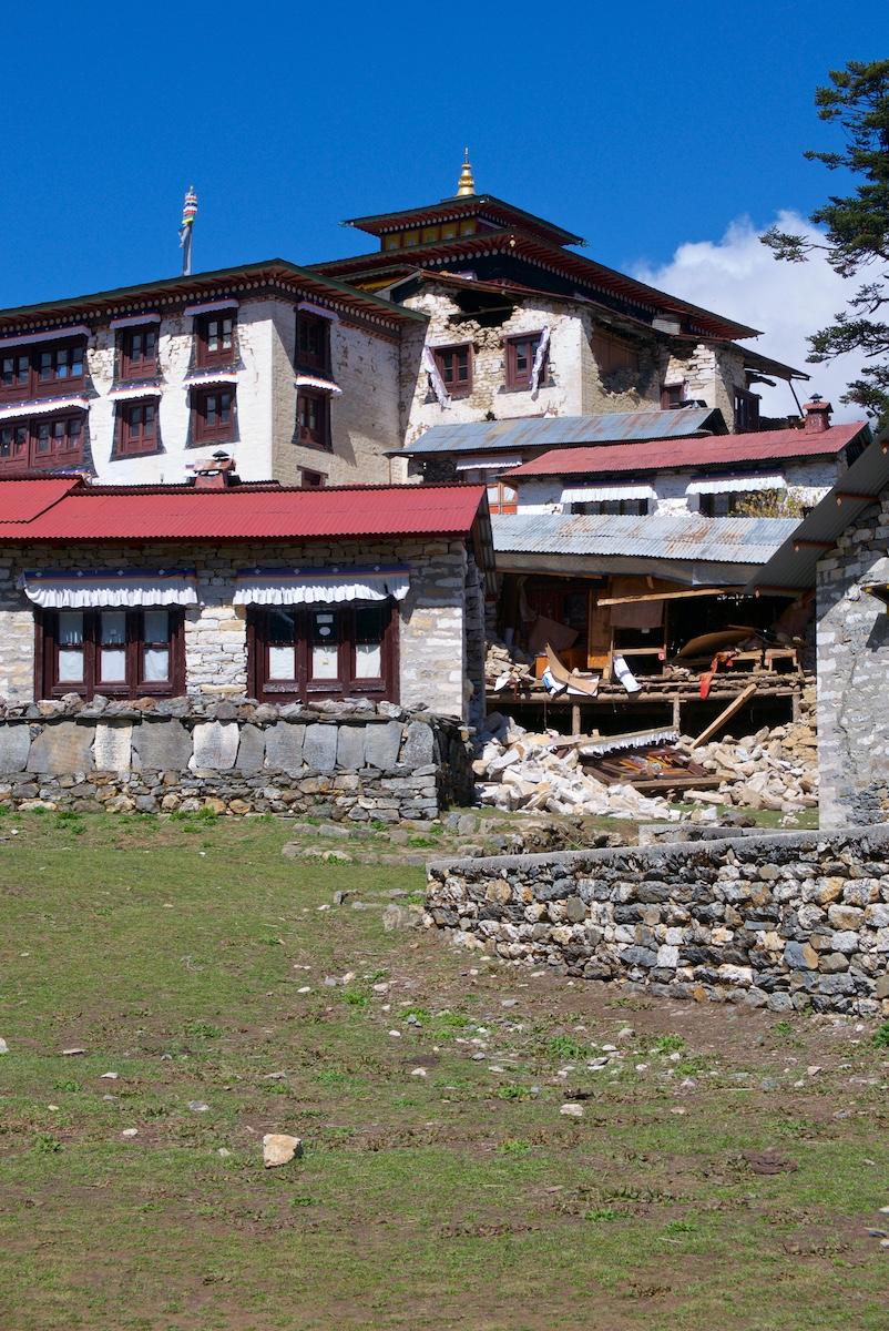 Järistysvaurioita Tengbochen luostarissa