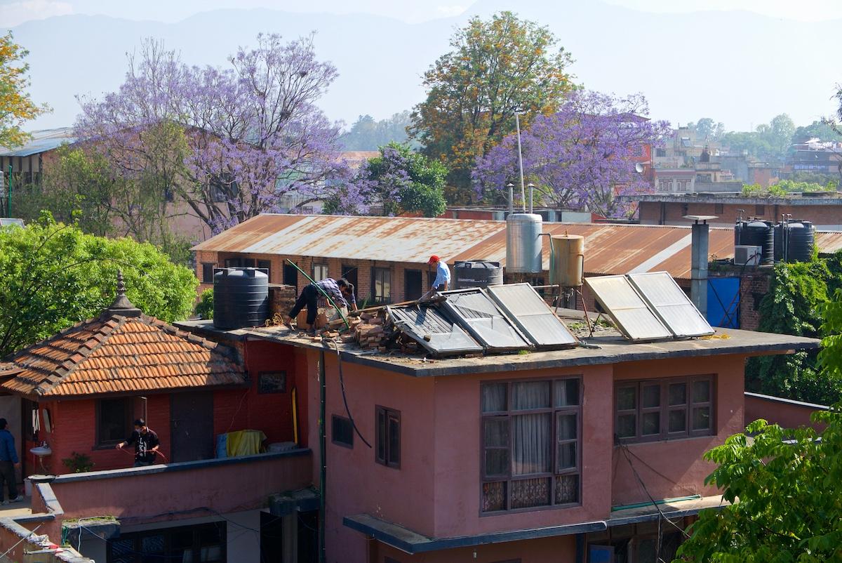 Vedenlämmittimiä korjataan katolla