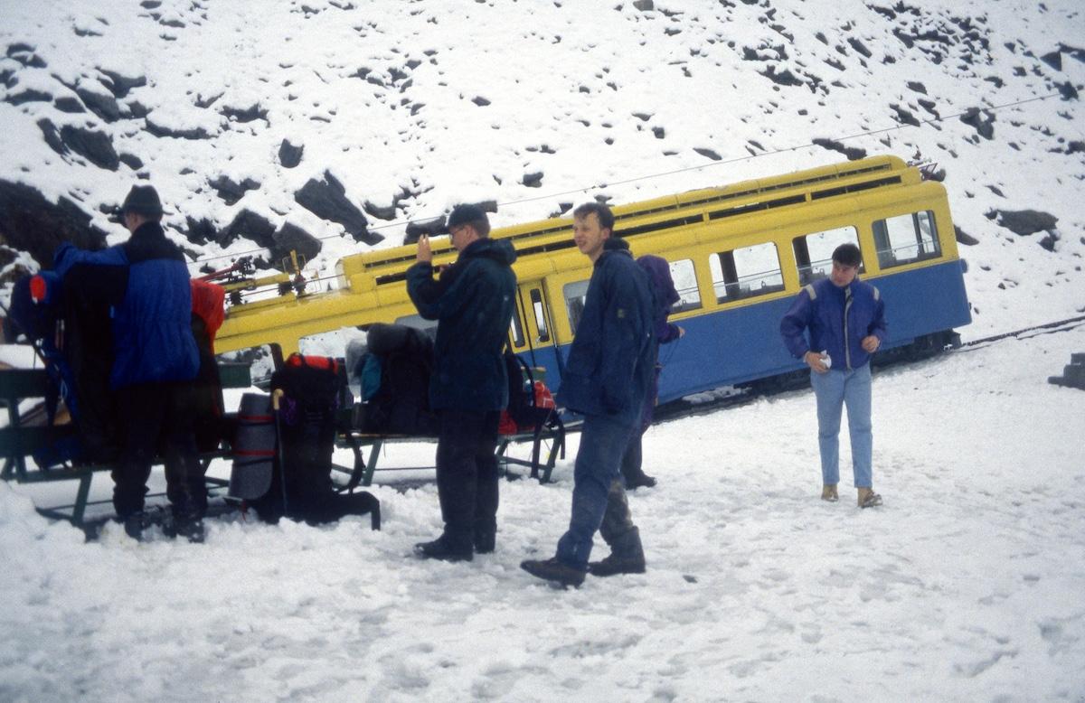 Raitiovaunu jyrkässä mäessä lumisessa maisemassa