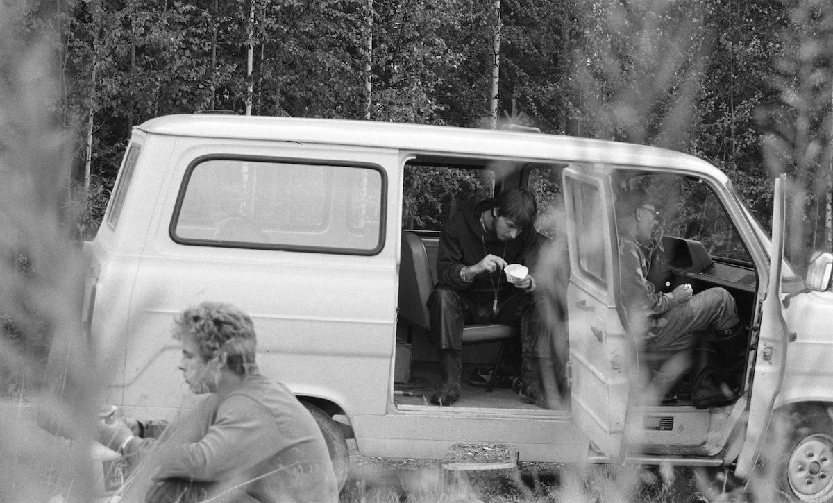 Eväitä syödään Ford Transitin penkeillä ja auton vieressä.
