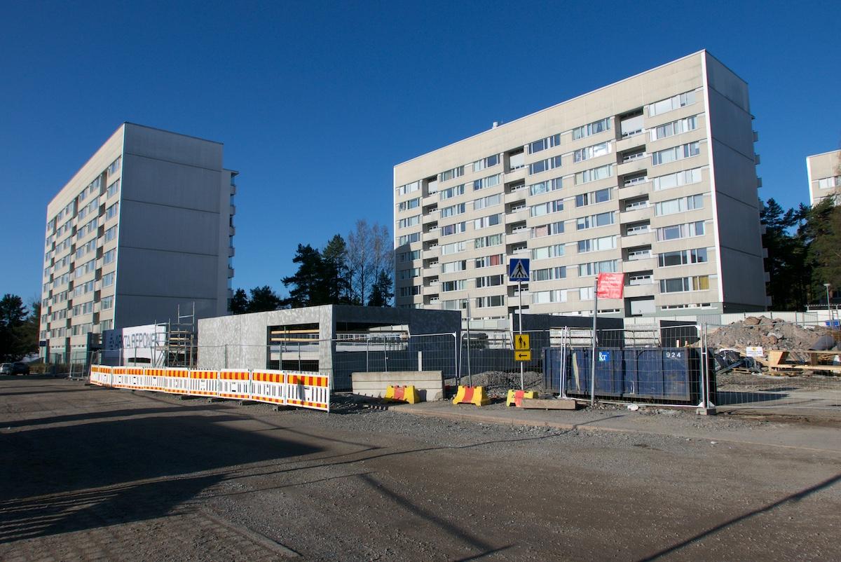 Kahden kahdeksankerroksisen asuintalon eteen on rakenteilla pysäköintilaitos